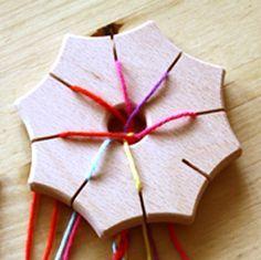 Beschrijving knoopster.  De houten knoopster is een een leuk werkje voor jong en oud. Als je er eenmaal mee begint kun je er moeilijk mee stoppen.  Wat is het nu eigenlijk? Het is een manier om met 7 draden kleurijke koordjes te maken die te gebruiken zijn als armbandje, aan een