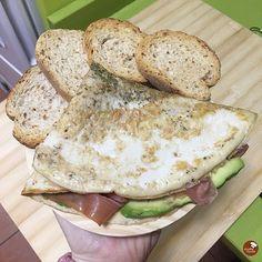 Hoy hemos desayunado así de bien😍. . 🥚Torticrep relleno de jamón serrano y aguacate🥑. 🍞 Pan tostado de soja @pan_de_soja_pan_cota (disponible en @amazon y @carrefoures). . El torticrep lleva 1 huevo, 2 claras y media, cebolla en polvo y hierbas provenzales. . Besosssss😘😘. . #healthyfranita #torticrepalofranita #desayunoshealthyfranita #follow #followme #like4like #makumura #makumuraporquesí #instafit #fit #fitness #pandesojapancota #food #foodie #foodporn #instaphoto #love Relleno, Salmon Burgers, Like4like, Food Porn, Love, Ethnic Recipes, Fitness, Ideas, Herbes De Provence
