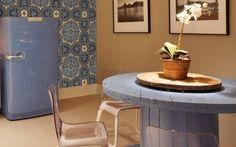 As designers de interiores Danielle Boggis e Márcia Magalhães deram vida nova à cozinha da mostra 'Morar Mais por Menos' carioca com um carretel de fiação antigo. Foto: Divulgação