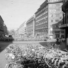 Cykelparkering på Sveavägen vid korsningen med Kungsgatan. Vy norrut från Oxtorgsgatan