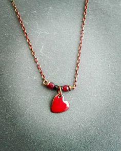 Colgante de corazon esmaltado al fuego e rojo #handmadejewelry , #enameljewelry , #artesaniamassaranduba , #jewels , #jewellery, #vitreusenamel, #startpendant, #necklaces, #Heartnecklace