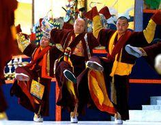 Dans la longue pratique de Mahakala qui précède souvent le nouvel an tibétain, Karmapa Ogyen Trinley Dorjee, mène la danse sacrée de Maraya.