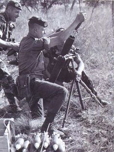 french foreign legion paratroopers kolwezi | Un peloton de l'armée zaïroise, équipé notamment de Panhard A.M ...