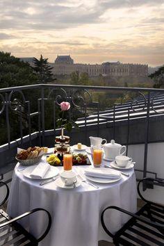 Taula rodona al Balcó amb Esmorzar francès.