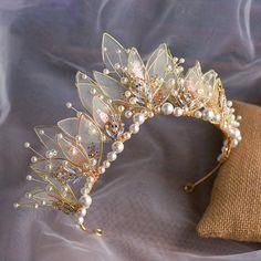 Cute Jewelry, Hair Jewelry, Bridal Hair Accessories, Jewelry Accessories, Crown Aesthetic, Accesorios Casual, Crystal Crown, Fancy, Fantasy Jewelry