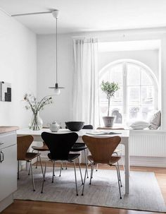 Neutral decor combined with curved windows - Decor, Room Design, Neutral Decor, Dining Room Cozy, Home Decor, Dining Room Decor, Dining Room Inspiration, Neutral Living Room, Interior Design