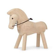 Den ståtliga hästen designades av Kay Bojesen i början av 1930-talet och har nu åter tagits i produktion av Kay Bojesen Denmark. Hästen är tillverkad i trä och har tyglar i läder. Med sin lekfulla kontur, mjuka former och styva ben har den ett utseende typiskt för Kay Bojesens trädjur. Gör dig redo för en ridtur i munter galopp!