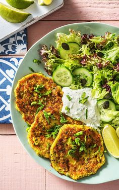 Zucchini-Cheddar-Puffer mit frischem Salat und Petersilien-Dill-Dip food to try Tofu Scramble, Dill Dip, One Skillet Meals, Skillet Chicken, Skillet Food, Clean Eating, Dinner Bowls, Snack, Weeknight Meals