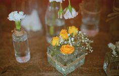 Vidrinhos diversos, destes que todo mundo tem em casa, podem virar vasos. Unidos por tiras de ráfia, os frascos ganham destaque Festa de casamento | Wedding party