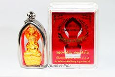 Vergoldetes Phra Pidta Nakkarath (Loor Loi Ong) Ruun Mongkoln Nakkarath Nuea Samlit Chup Thong Thai Amulett des ehrwürdigen Luang Phu Kambu Kutangtachitang Toh, Abt des Wat Kut Chom Phu, vom Samstag dem 14.12.2556 (2013). Es handelt sich um die letzte Amulett-Serie des ehrwürdigen Luang Phu Kambu, das Amulett in einer Kleinserie von nur 1.999 Stück.