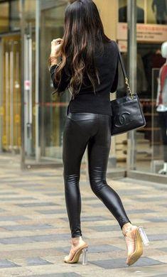 街拍: 穿皮裤的美女姐姐, 一双筷子腿引人注目