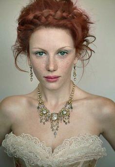 ネックレスとイヤリングをコーディネートして。 顔周りを華やかに飾ってくれます。胸もとのあいた服でアクセサリーを引き立たせ、アクセサリーが主役の着こなしに!