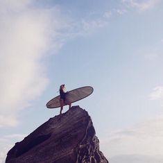 Surf check in our new Surfe Sexie Rashie with @niobondi. 📷 @mxmsurfphoto  #unepiece #unepiecewomen #surfesexierashie