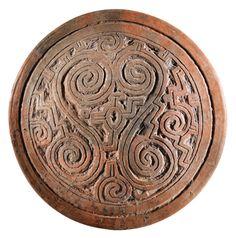 PLAT OU COUVERCLE D'UNE URNE ?  STYLE ARARI ROUGE INCISÉ ILE DE MARAJO, BRÉSIL PHASE MARAJOARA, 400-1350 AP. J.-C.