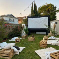 Backyard Movie Night Party, Outdoor Movie Party, Backyard Birthday Parties, Outdoor Movie Nights, Outside Movie, Backyard Party Decorations, Backyard Picnic, Outdoor Cinema, Dates