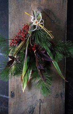 ブログの不具合で記事の更新ができずぎりぎりのお知らせになってしまいました。本日夜9時にお正月ものをアップいたします。画像のみですみませんが今回アップするも... Green Christmas, Christmas Time, Christmas Wreaths, Christmas Decorations, Holiday Decor, Dried Flower Wreaths, Dried Flowers, New Years Decorations, Flower Decorations