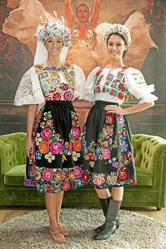 Couple of nice girls in traditional Slovak folk costumes Irish Fashion, Love Fashion, Fashion Design, Traditional Fashion, Traditional Dresses, Popular Costumes, Costumes Around The World, Beautiful Costumes, Ethnic Dress