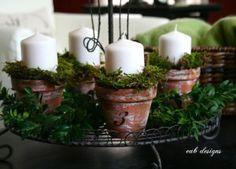 Ein Adventskranz in alten Blumentöpfen mit Moos. Noch mehr Weihnachtsideen gibt es auf www.spaaz.de