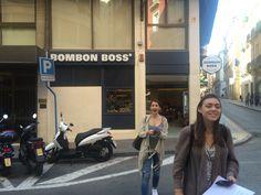 Esto es Bombon boss, una Cadena muy común de españa. Cayley y Taylor son muy emocionadas porque se gustan bombon mucho