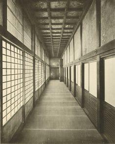 Photographer unknown: Nishi Honganji in Kyoto, passage of the northern study hall. From: Ōyagi Daigyō (Hg.) Shashinchō Honganji, Kyoto 1910. Collotype, 26.7 x 21.1 cm . © National Museums in Berlin, art library.