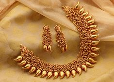 Here are the 25 latest designs of gold necklace for women. Gold never loses its shine. Go get that gold necklace which you loved the most. Jewelry Design Earrings, Gold Jewellery Design, Necklace Designs, Silver Jewellery, Jewellery Sale, Indian Jewelry, Jewelery, Silver Rings, Maharashtrian Jewellery