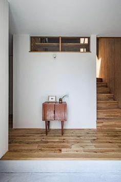 名古屋市東部に所在するご家族3人の為の狭小住宅です。 2階に計画したLDKには空を切り取ったようなトップライトから幻想的な光が射します。