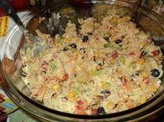 O Salpicão de Frango é um acompanhamento perfeito para aves e carnes assadas. Além disso, ele é delicioso e vai enfeitar a sua mesa com as cores e texturas