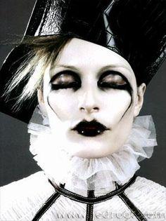 Magazine: Citizen K, 2002 Photographer: Karl Lagerfeld Model: Rie Rasmussen Alexander McQueen, Fall 2002 Maquillage Halloween, Halloween Face Makeup, Makeup Inspo, Makeup Inspiration, Karl Lagerfeld, Estilo Tim Burton, Circus Makeup, Clown Makeup, Alexander Mcqueen