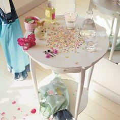 Une table recouverte de fleurs en papier / A table covered with paper flowers