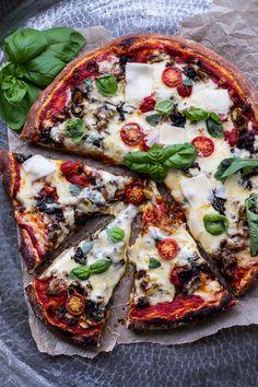 Cheesy Fontina Caramelized Onion, Chorizo, Spinach, and Artichoke Pizza Chorizo, Pizza Recipes, Cooking Recipes, Dinner Recipes, Oven Cooking, Spinach Artichoke Pizza, Veggie Sausage, Caramelized Onions, Us Foods