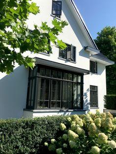 http://leemwonen.nl/interieur-i-binnenkijken-verbluffende-metamorfose-jaren30-woning/ #metamorfose #woning #jarendertig #verbouwing #interieur #exterieur #interior #exterior #home #wonen #huis #villa #interiordesign #outdoor #garden #gardendesign #tuinontwerp #tuin #buiten #buitenleven #veranda #architecture #architectuur #interieurarchitect #erker www.boxxisarchitecten.nl