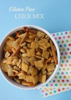 The BEST gluten free chex mix recipe- you won't be able to stop eating it. Crunchy chex, gluten free pretzels and bagel chips seasoned perfectly. Gluten Free Appetizers, Gluten Free Sweets, Gluten Free Cooking, Dairy Free Recipes, Puppy Chow Recipes, Chex Mix Recipes, Gluten Free Chex Mix, Sans Lactose, Foods With Gluten