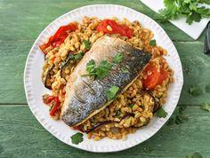 Een heerlijk kruidig gerecht met knapperige parelgerst en zacht geroosterde groenten. Het gerecht is onder andere op smaak gebracht met harissa, een Noord-Afrikaanse saus die gemaakt is van rode peper, knoflook, koriander en komijn. Wees voorzichtig, de saus is erg pittig!