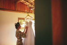 O último post sobre casamento aqui no blog foi do meu vestido de noiva. Hoje também! haha Só que dessa vez é o meu vestido no cabide que personalizamos para pendurarmos enquanto nos arrumávamos. Eu estou muito apaixonada pelas fotos, porque dá para sentir a emoção que era tocar, ver e já me imaginar pronta nele... >>> clique na foto para ver o post completo!