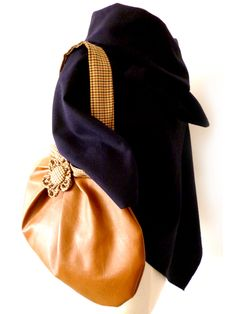 Big shoulder bag in leatherette and wool fabric with a big kanzashi flower that you can use as a brooch. I used wooly fabrics and leatherette for its