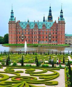 Castelo de Frederiksborg, na Dinamarca . Maior castelo da Escandinávia, foi construído por Cristiano IV da Dinamarca, entre 1560 e 1630. O seu nome homenageia o rei Frederico II e esta linda construção representa o poderio da monarquia dinamarquesa. Quem conhece? |  Marque os amigos!