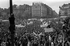 13 février 1962. Un million de personnes, selon les organisateurs, 150.000 selon la police, suivent les obsèques de neuf militants communistes ou cégétistes, tués lors d'une charge de police au métro Charonne à l'issue d'une manifestation anti-OAS.