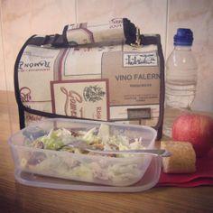 Ensalada César con pollo para comer... ¡y una rica manzana de postre! Snailbag everywhere you go! #Snailbag #lunchbag #mosa #tupper #tuppertime http://www.snailbag.es/shop/anytime-collection/bolsa%20porta%20alimentos%20isotermica%20para%20tuppers/bolso-porta-alimentos-snailbag-destino/