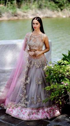 These colors for a sari. A delicate, floral blouse in pink and a flowing grey sari. Hindu Girl, Indian Dresses, Indian Outfits, Indian Bridal Wear, Indian Wear, Desi Clothes, Indian Clothes, Indian Couture, Indian Attire