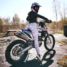 motocross supercross enduro dirtbikes offroad harley gear motorcycle supermoto y… motocross supercross enduro dirtbikes offroad harley gear motorcycle supermoto yamaha biker cafe racer street bike sport bike ride helmet crazy good times laugh enjoy Lady Biker, Biker Girl, Motocross Girls, Enduro Motocross, Harley Gear, Cafe Racer Girl, Dirt Bike Girl, Motorbike Girl, Offroad