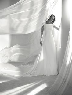 Ribel: Flared, long-sleeve wedding dress in crepe and lace | Pronovias 2018