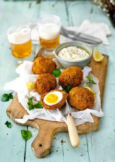 Frasiga skotska ägg med krämig fetadip till. Perfekt på påskbuffén eller som utflyktsmat.