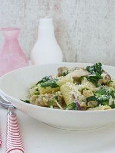 Een snelle pasta met romige kip en spinazie die in een handomdraai op tafel staat.