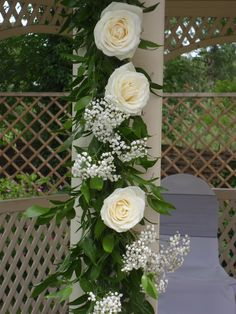 Beautiful avalanche roses and gypsophila create a romantic garland.