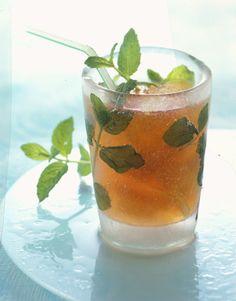 Con la bella stagione si ha voglia di rinfrescarsi con delle bevande dissetanti: ecco come puoi preparare il tè