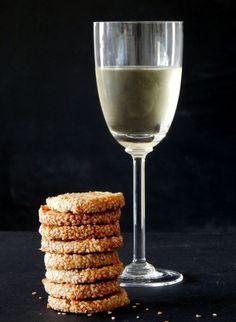 Ζύμη είναι η πλαστελίνη της κουζίνας με την οποία παίζει ασχολείται κανείς πριν την ανοίξει / στρώσει / κόψει , για να... Savoury Biscuits, Food Crafts, Food Humor, Blue Cheese, Greek Recipes, White Wine, I Foods, Parmesan, Alcoholic Drinks