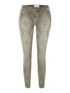 Current Elliott Stiletto Skinny is a mid-rise printed jean. They are slim fitting, true to size, with a slightly shorter inseam of making them perfect for summer. This Navajo inspired print in Army Green nods to the catwalk trends for an up-to-date fashion forward look.