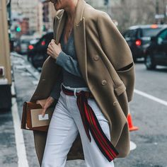 Add some colours and use a scarf as a belt ✔️ #SakerStil #HowToStyleIt #Inspiration #StreetStyle #StyleTips #modernclassics