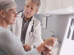 Una mujer acude a una revisión médica para comprobar el estado de sus huesos