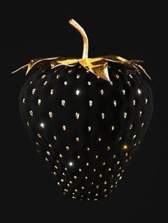 Black and Gold I Strawberry Beautiful Gif, Black Is Beautiful, Black Art, Black Gold, Color Black, Black Glitter, Black Strawberry, Strawberry Delight, Feuille D'or